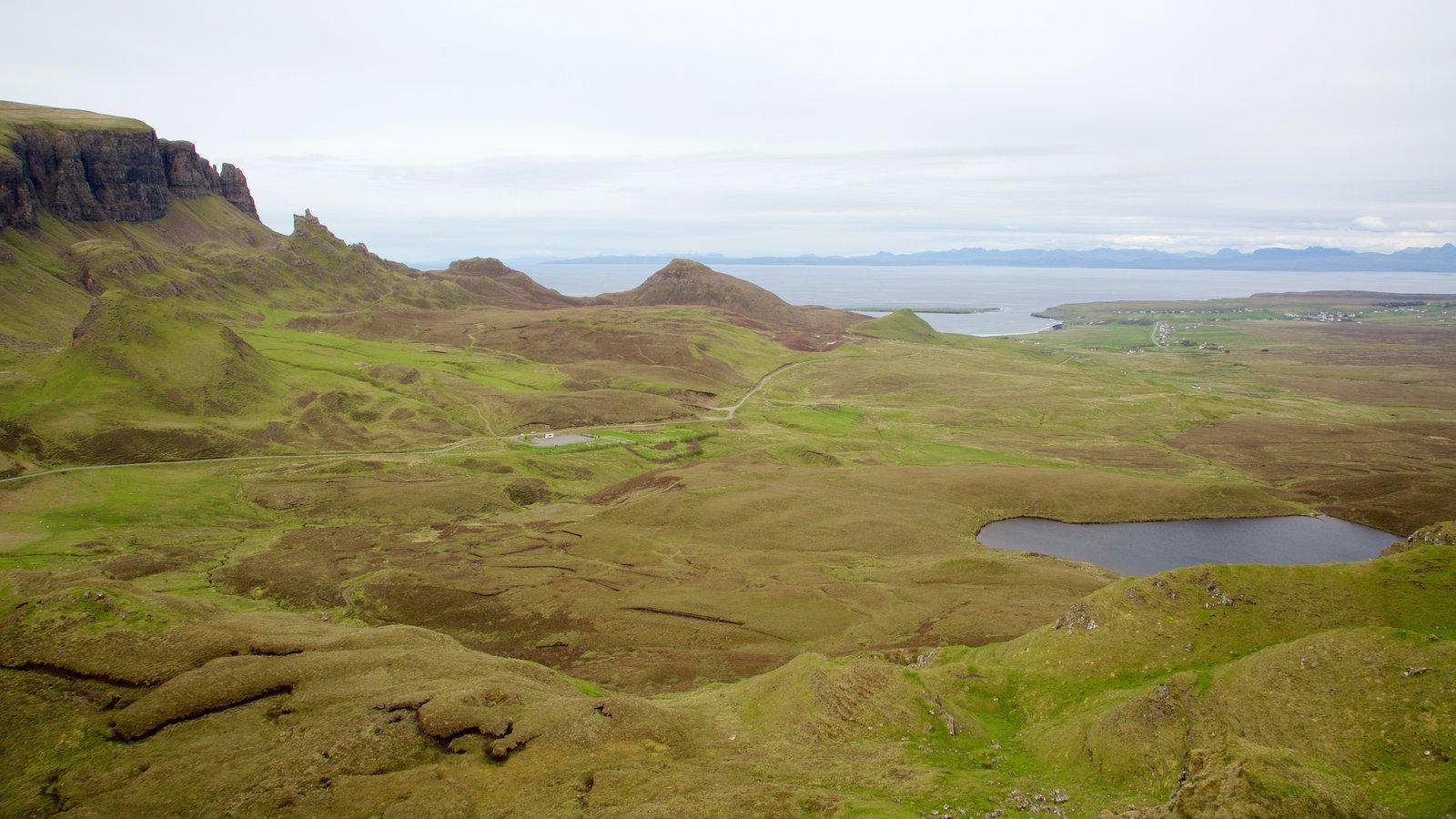 Quiraing ofreciendo vistas generales de la costa, un estanque y montañas