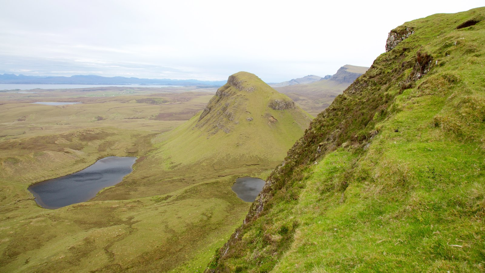 Quiraing which includes tranquil scenes, a pond and mountains