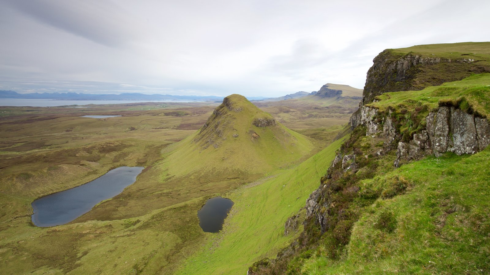 Quiraing showing mountains, tranquil scenes and general coastal views