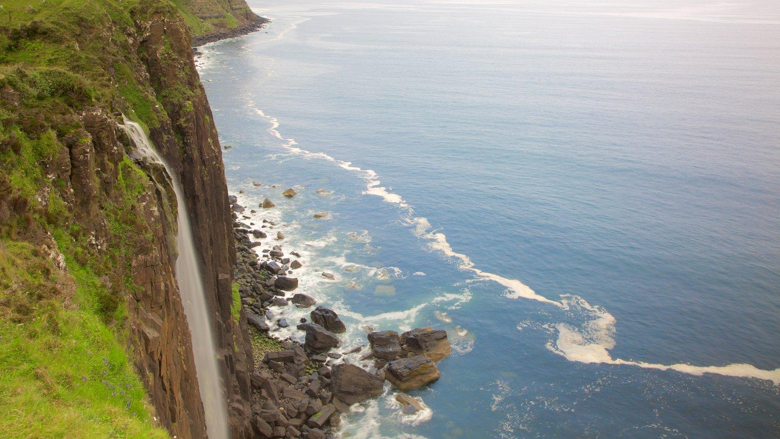 Kilt Rock ofreciendo costa rocosa y una cascada