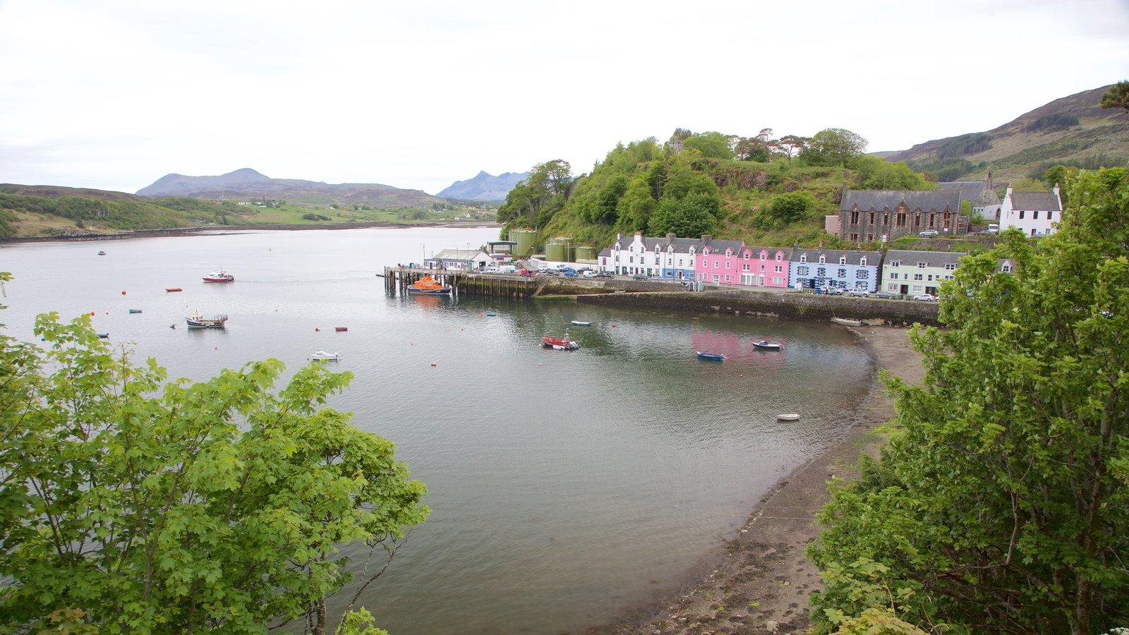Puerto de Portree ofreciendo paseos en lancha, una bahía o puerto y un lago o abrevadero