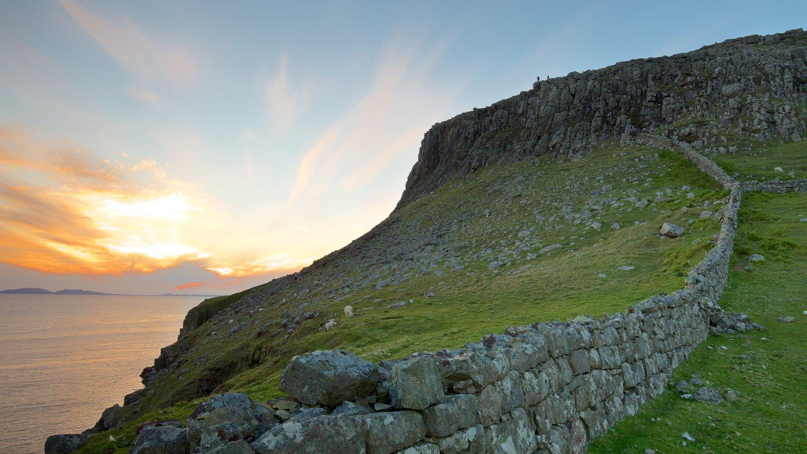 Isle of Skye mostrando montañas y costa escarpada