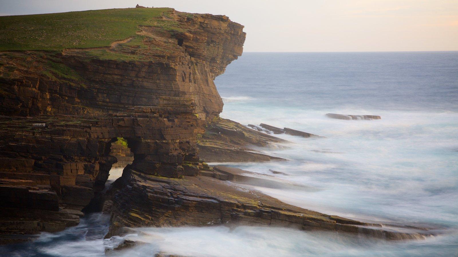 Stromness mostrando costa escarpada y vistas generales de la costa