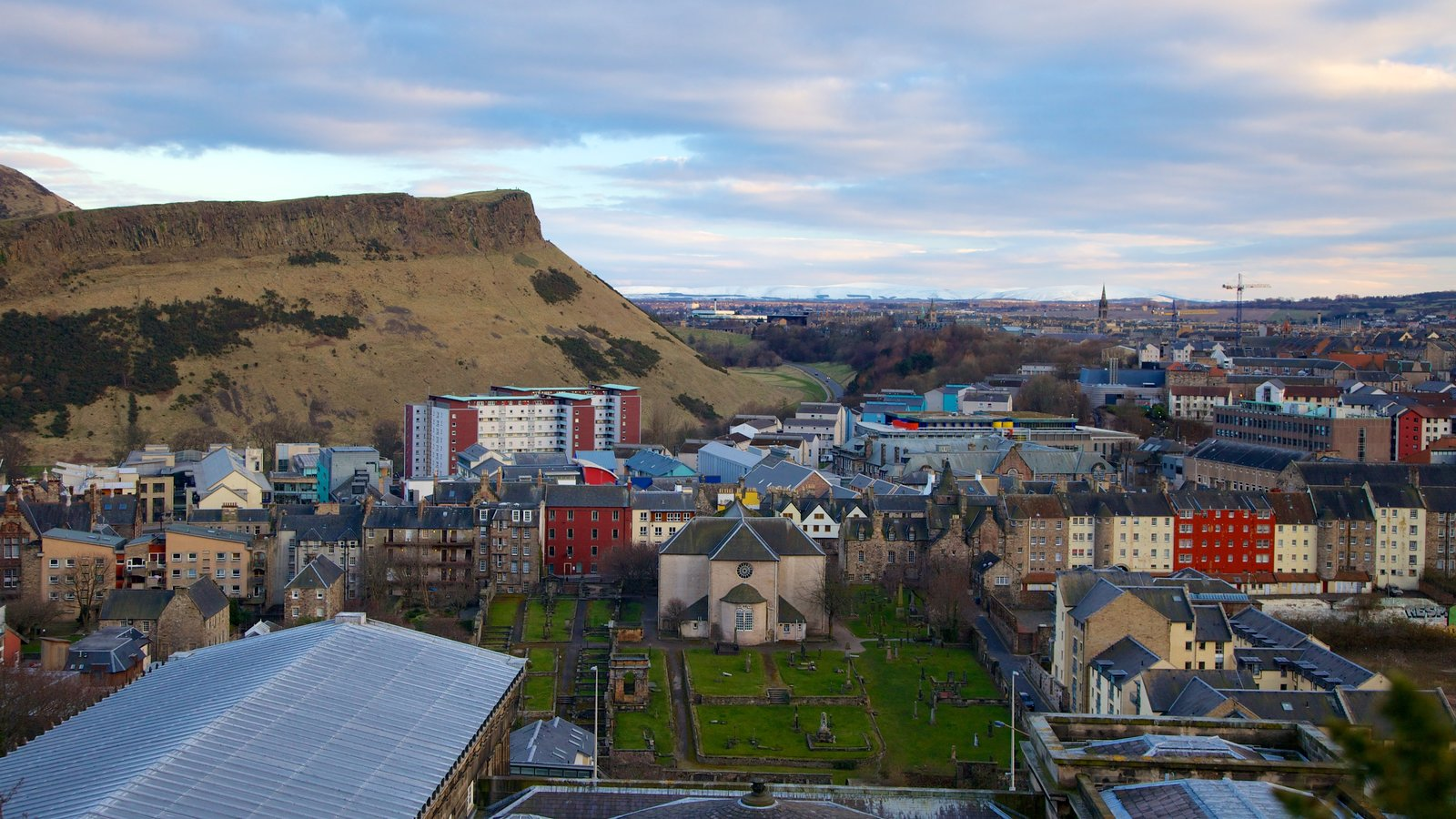 Arthur\\\'s Seat showing a city and mountains
