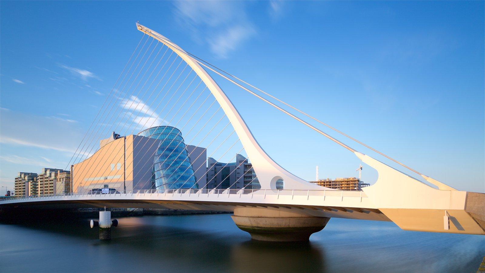 Dublín mostrando un río o arroyo, arquitectura moderna y un puente