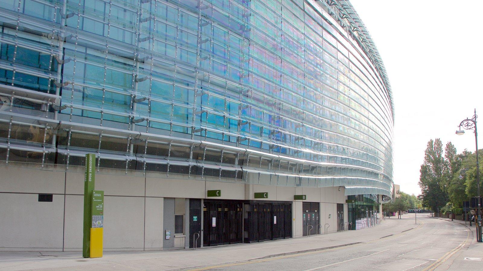 Estadio Aviva que incluye escenas urbanas y arquitectura moderna