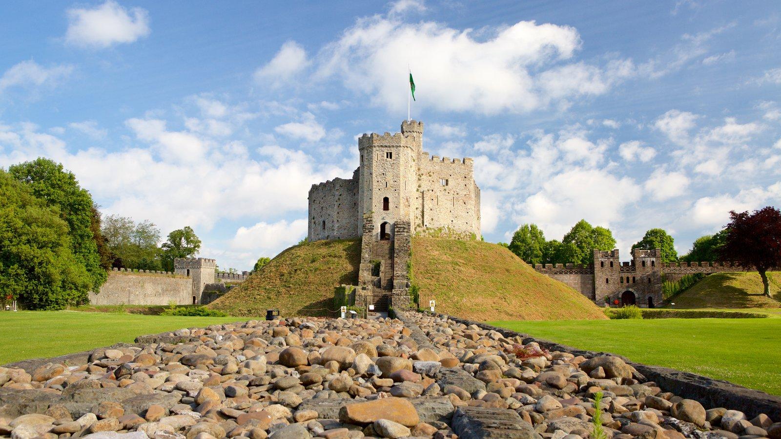 Castelo de Cardiff que inclui um pequeno castelo ou palácio, arquitetura de patrimônio e paisagem