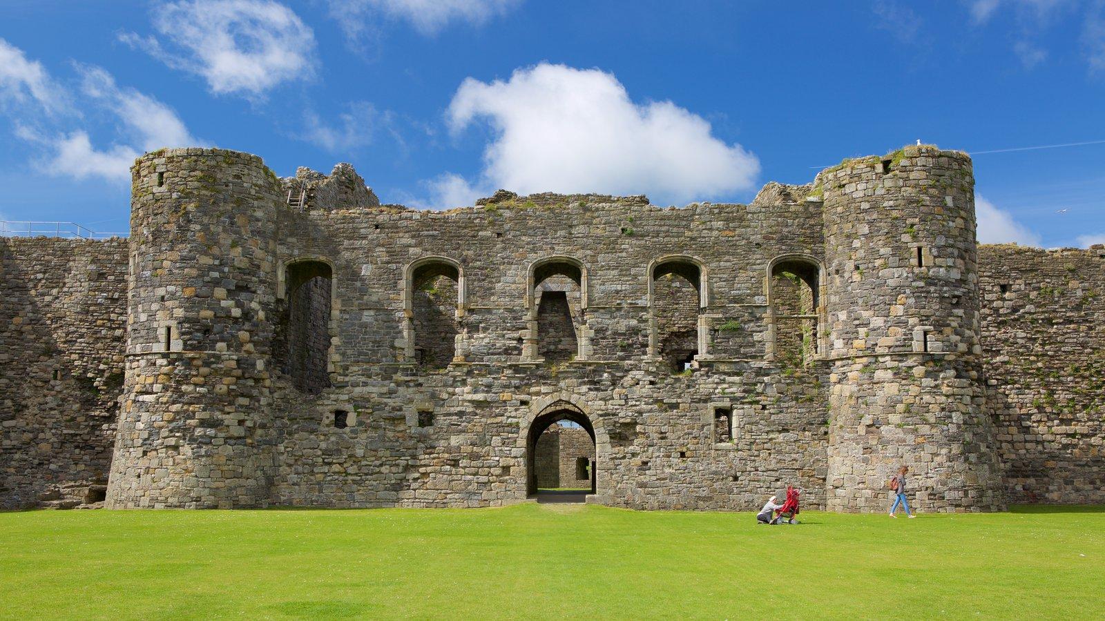 Castillo de Beaumaris mostrando castillo o palacio, ruinas de edificios y elementos del patrimonio