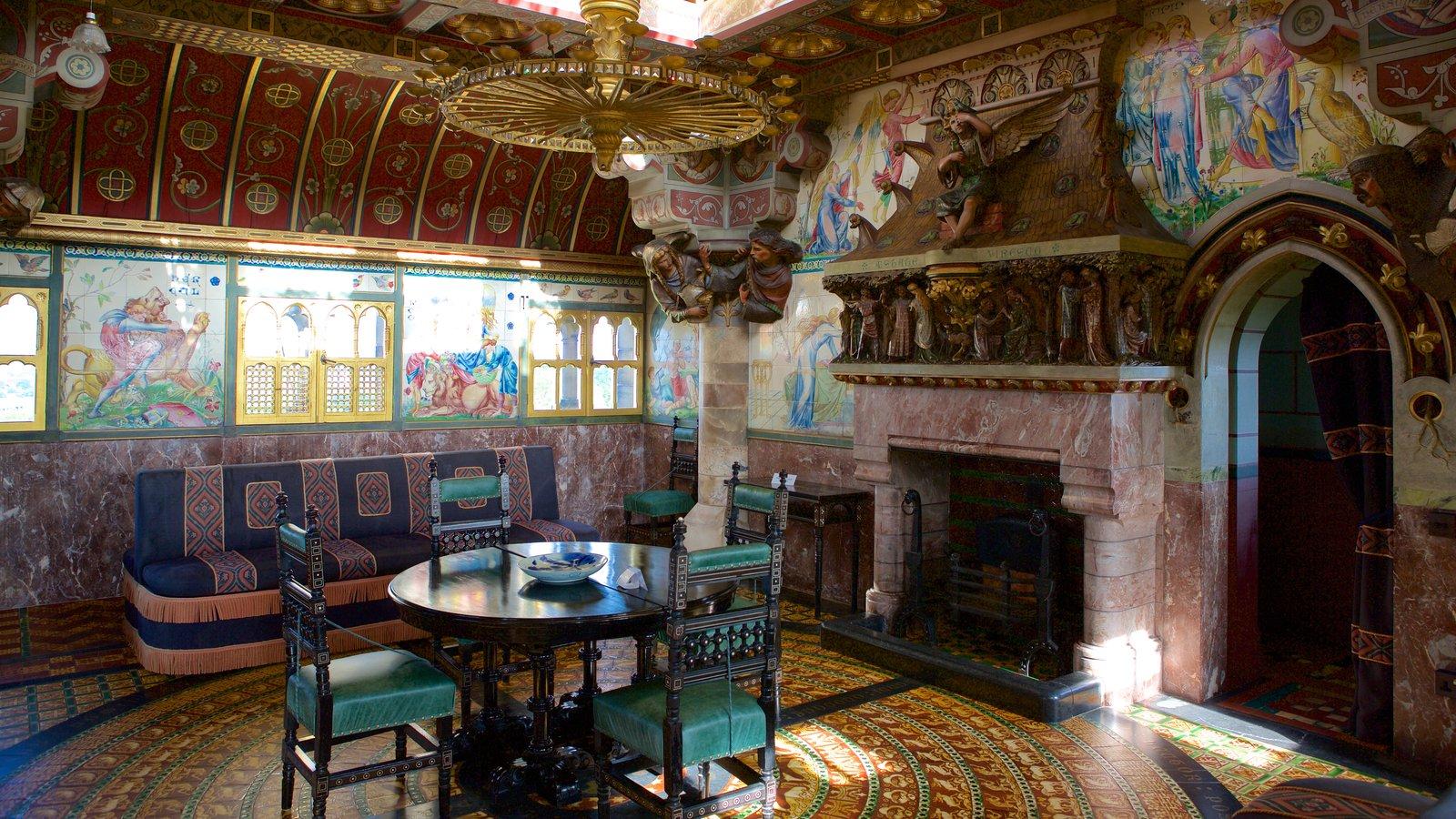 Castelo de Cardiff mostrando um pequeno castelo ou palácio, elementos de patrimônio e vistas internas