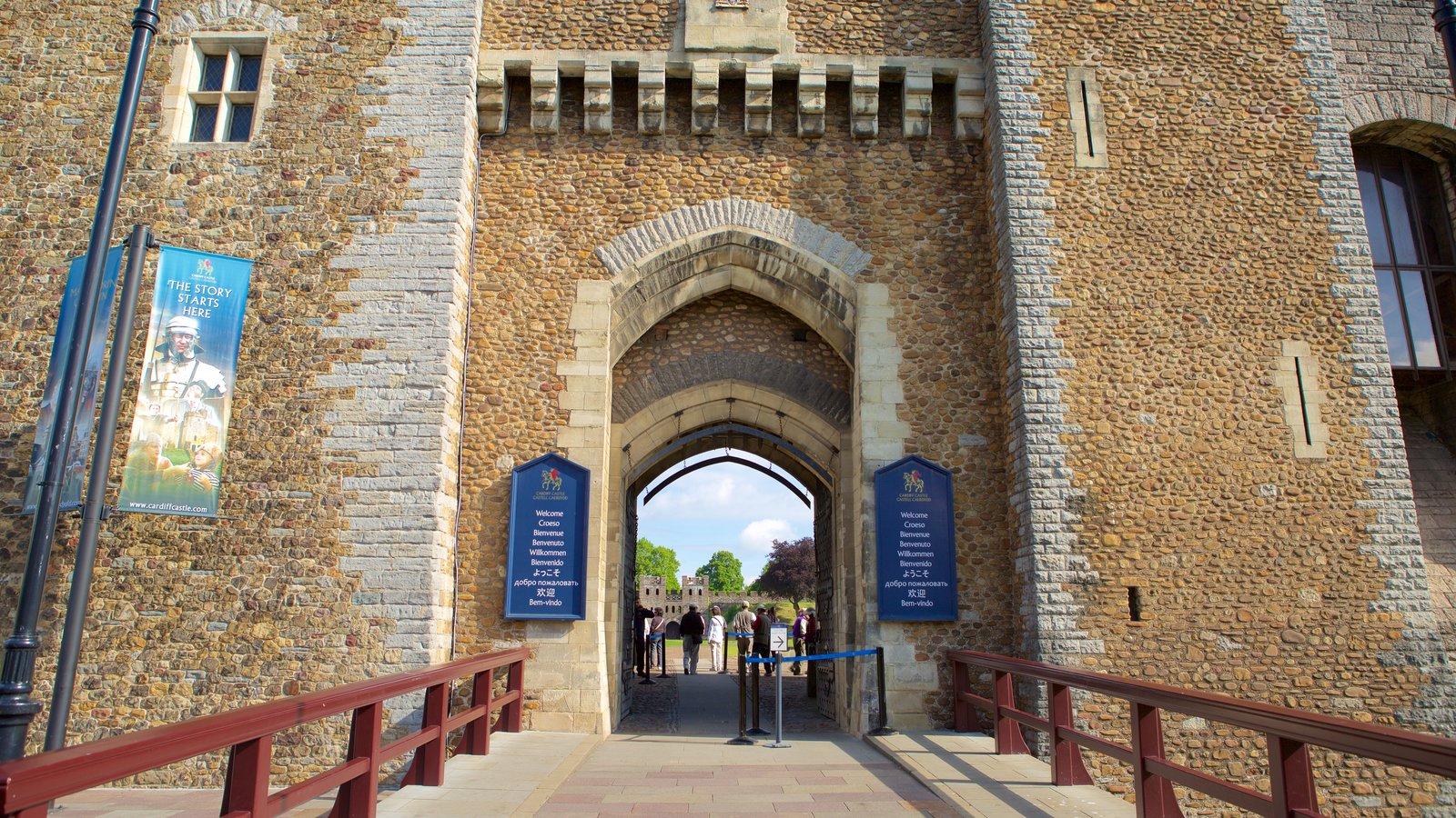 Castelo de Cardiff mostrando elementos de patrimônio, um castelo e arquitetura de patrimônio