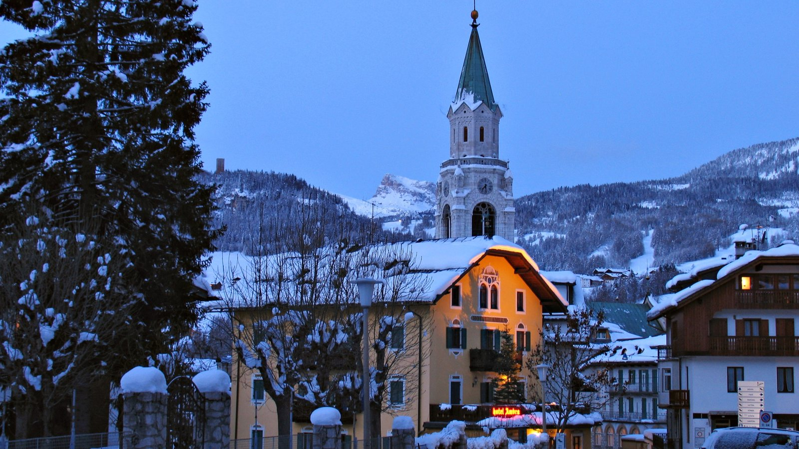 Cortina d\'Ampezzo showing snow, a hotel and a church or cathedral