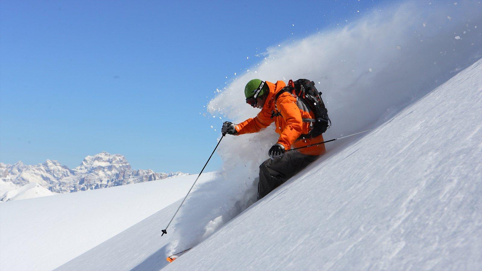 Fassa Valley caracterizando esqui na neve e neve assim como um homem sozinho