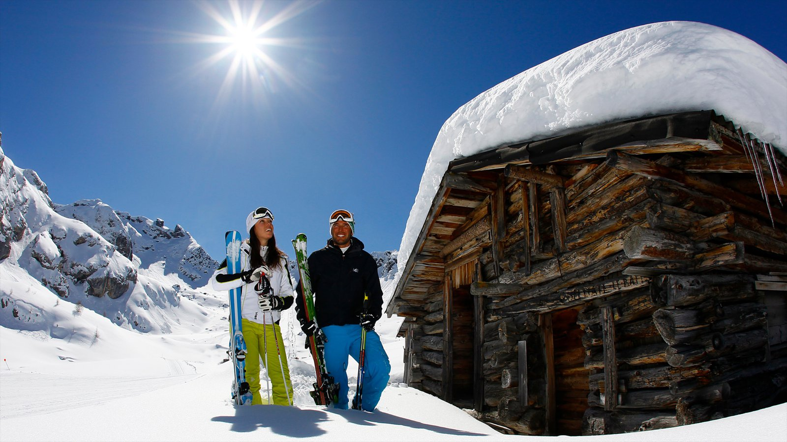 Fassa Valley caracterizando neve, uma casa e esqui na neve