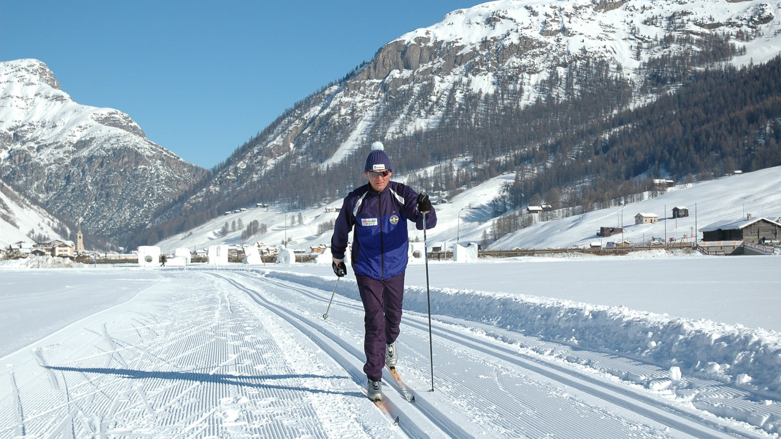 Livigno Ski Area showing cross country skiing and snow as well as an individual male