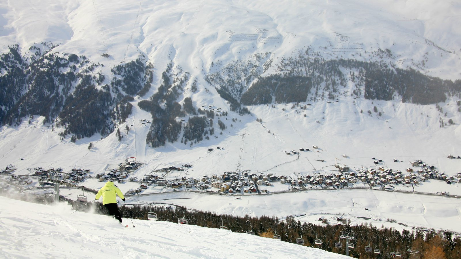 Livigno Ski Area showing tranquil scenes, mountains and snow skiing
