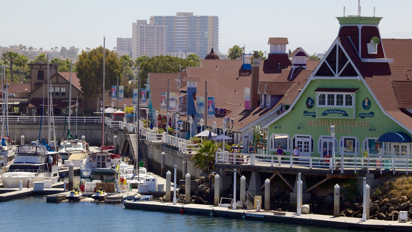Long Beach caracterizando paisagens litorâneas, uma cidade litorânea e uma baía ou porto