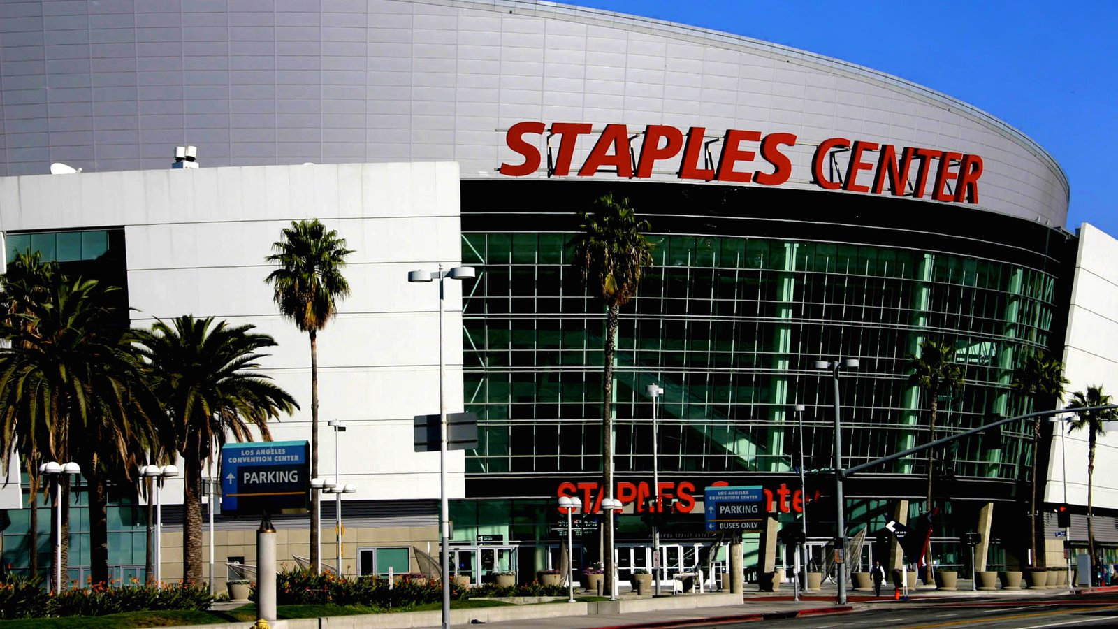Centro de Los Ángeles mostrando señalización y arquitectura moderna