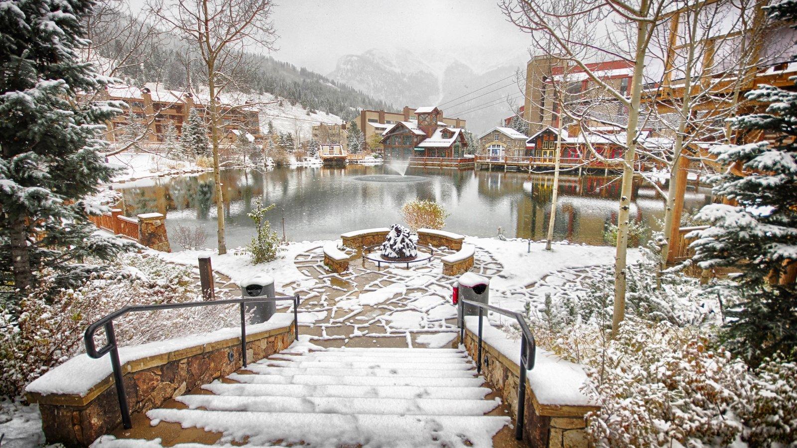 Estação de esqui de Copper Mountain que inclui uma fonte, neve e um lago ou charco