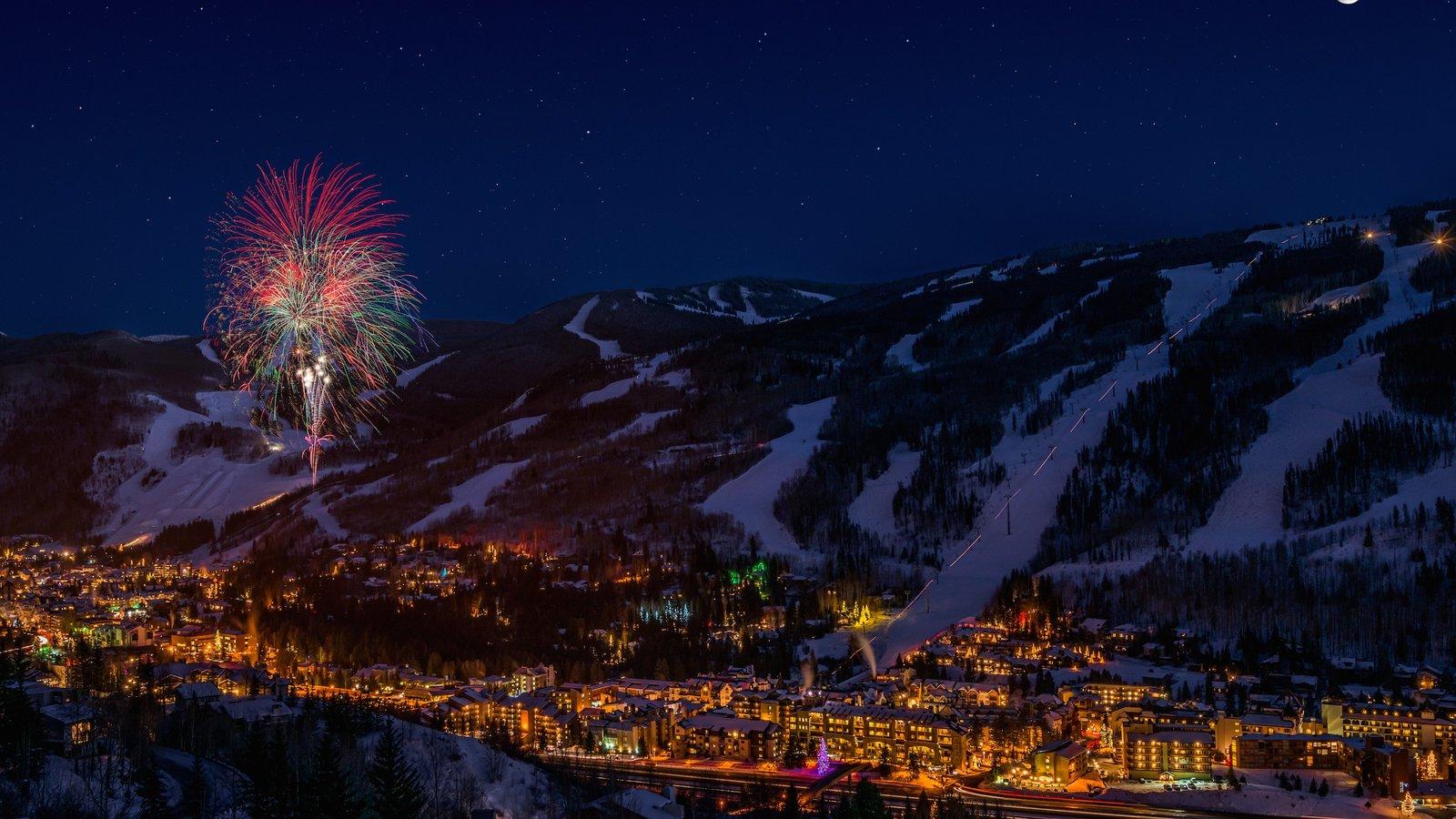 Vail que inclui neve, cenas noturnas e uma cidade pequena ou vila