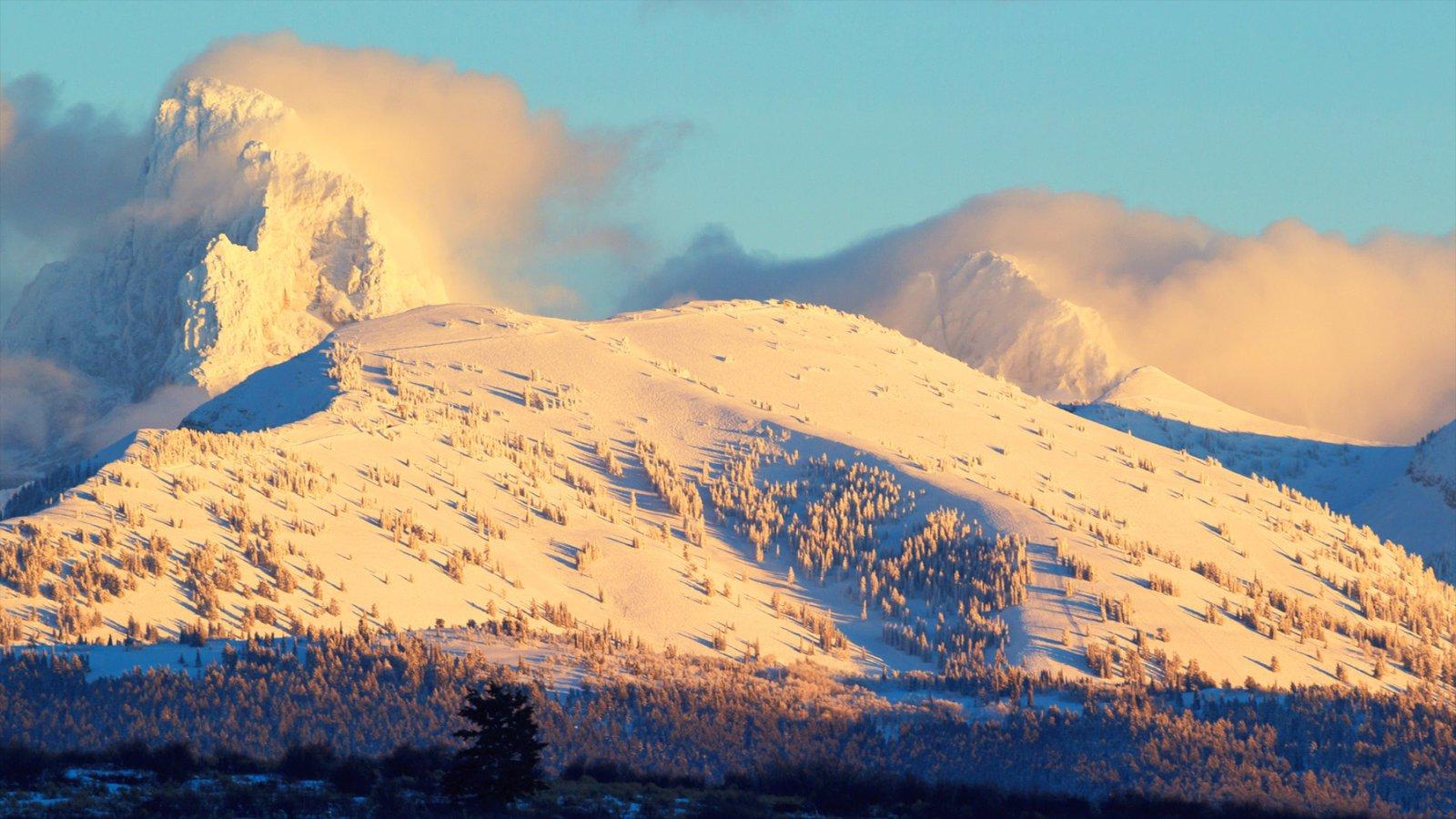 Grand Targhee Resort mostrando neve, montanhas e um pôr do sol