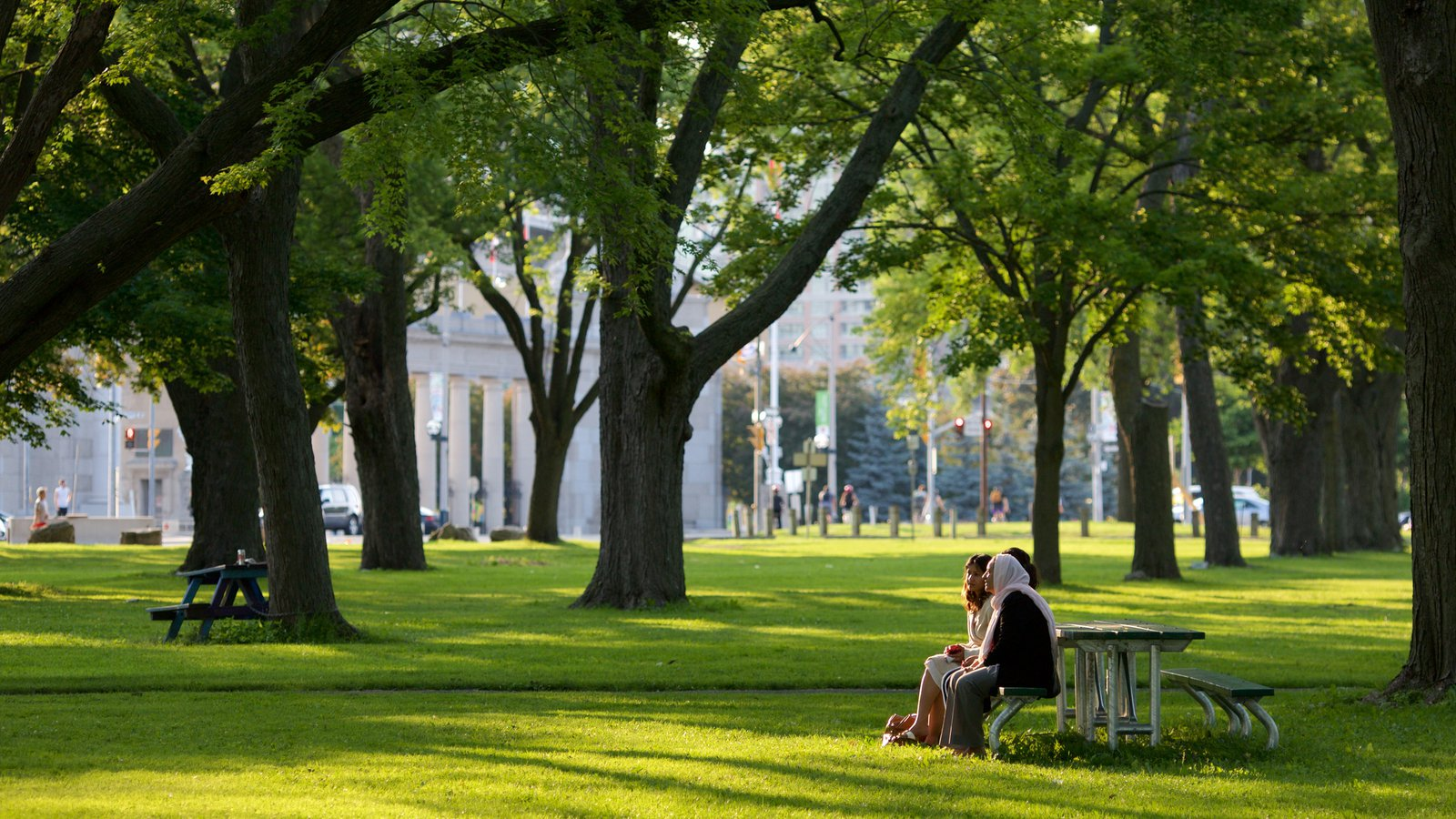 Harbourfront, Toronto, Ontario, Canadá ofreciendo un jardín y también un pequeño grupo de personas