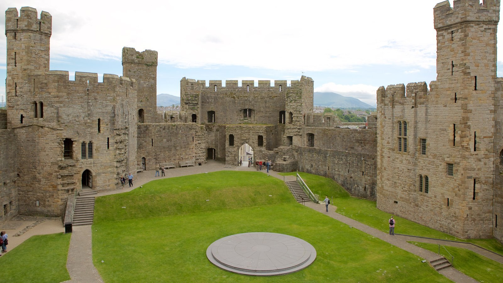 Castillo de Caernarfon ofreciendo elementos del patrimonio y un castillo