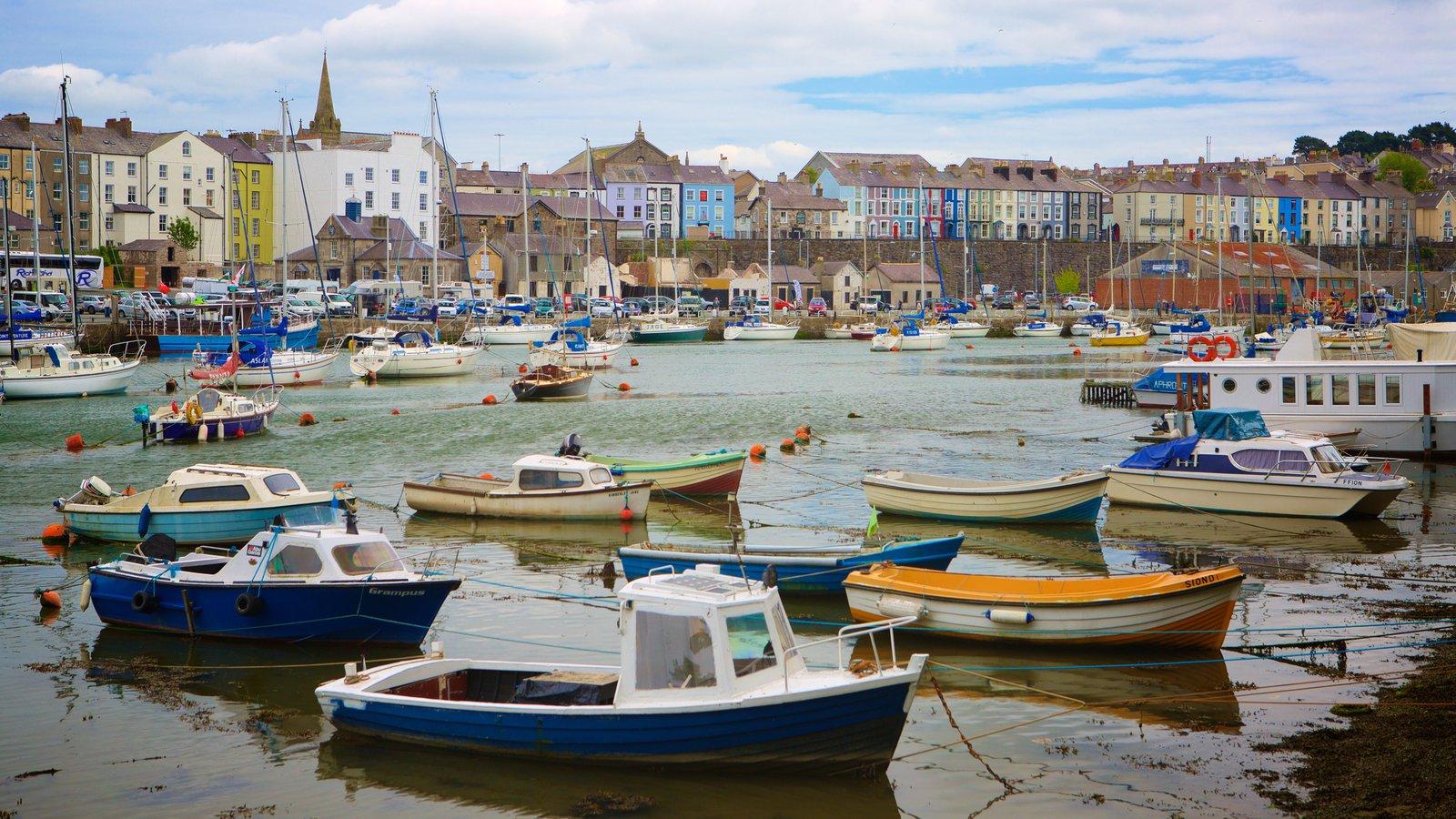 Caernarfon ofreciendo un río o arroyo, una marina y una pequeña ciudad o pueblo