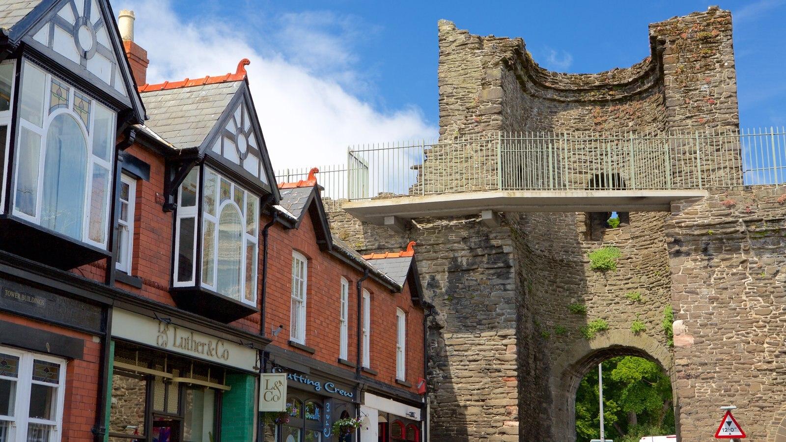 Conwy mostrando una ruina, una pequeña ciudad o pueblo y escenas urbanas