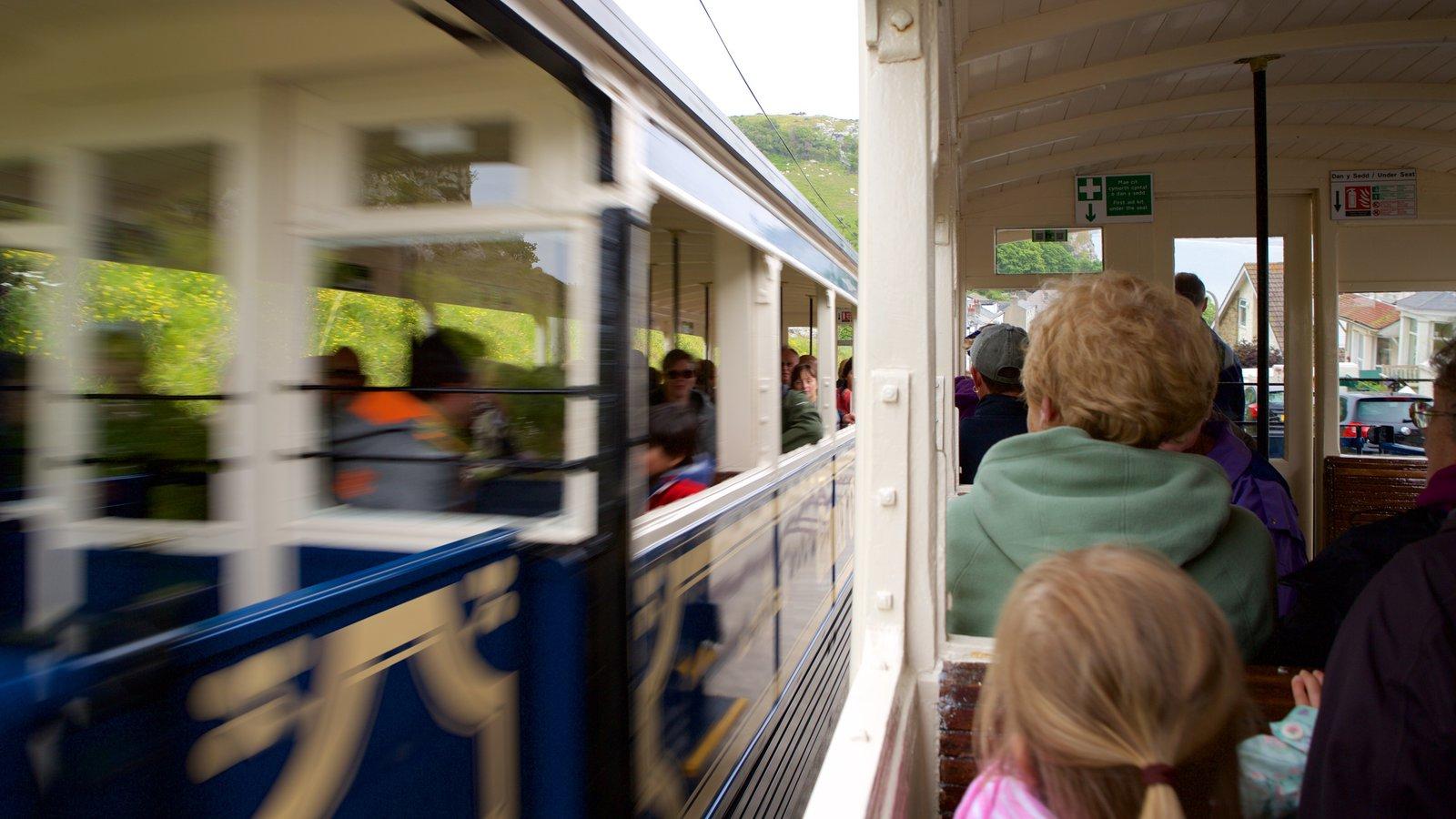 Great Orme Tramway mostrando artículos de ferrocarril y también un pequeño grupo de personas