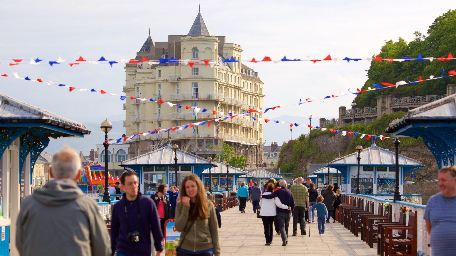 Llandudno Pier ofreciendo escenas urbanas y también un gran grupo de personas