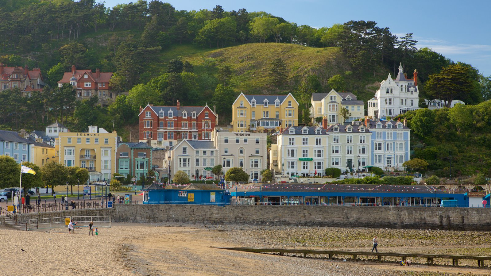 Llandudno showing a small town or village and a pebble beach