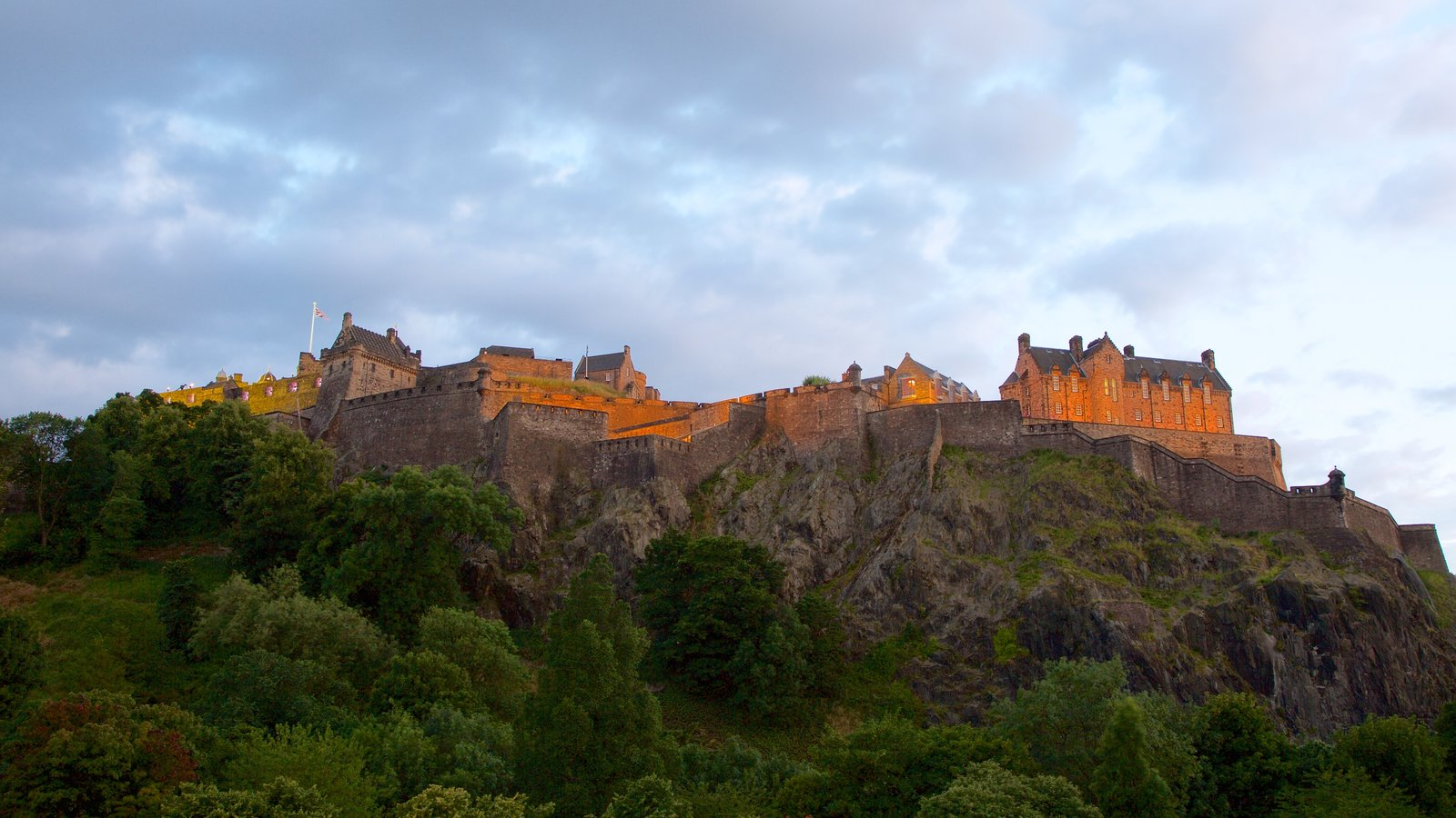 Edinburgh Castle showing a small town or village