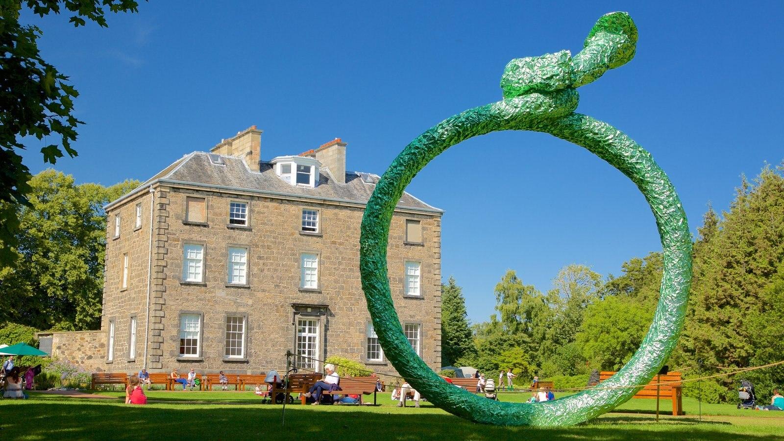 Royal Botanic Garden showing a house and outdoor art