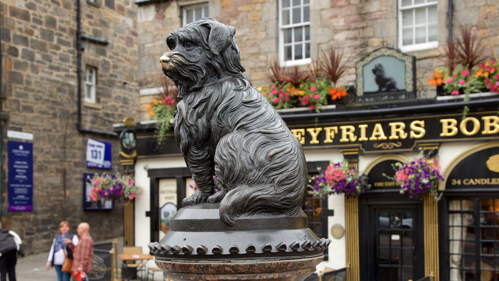 Greyfriar\'s Bobby which includes outdoor art and street scenes