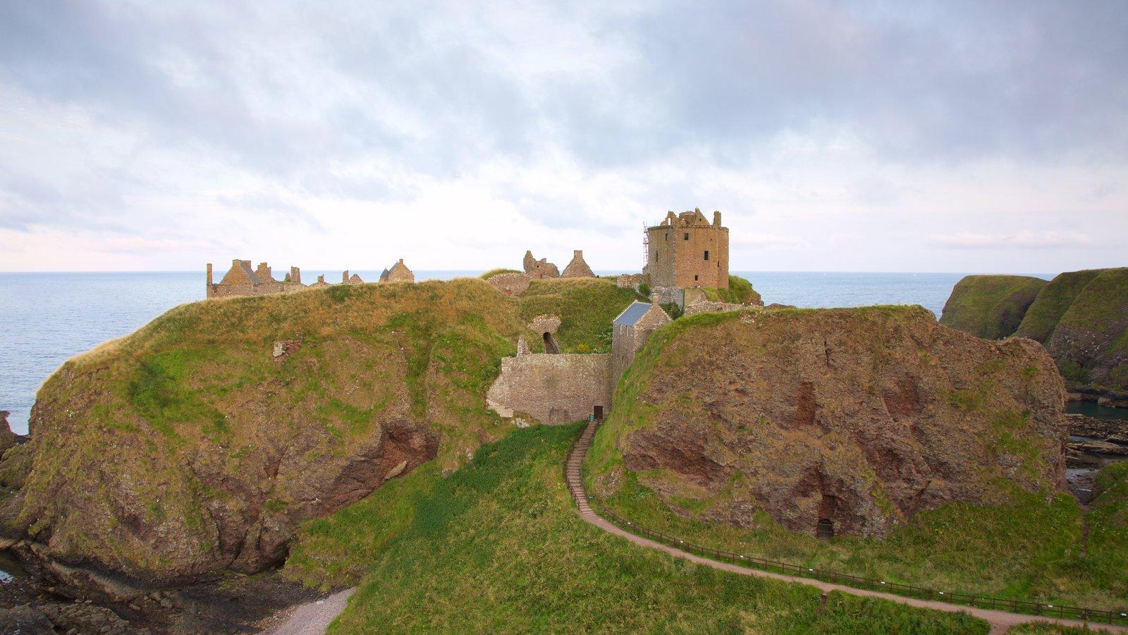 Dunnottar Castle ofreciendo montañas, vistas generales de la costa y tierras de cultivo