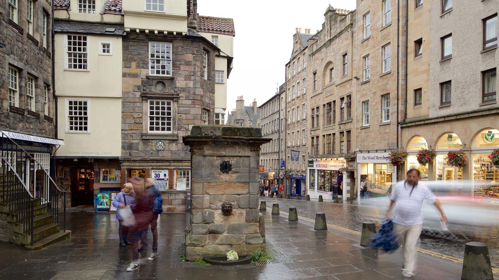 Old Town que incluye escenas urbanas y también un pequeño grupo de personas