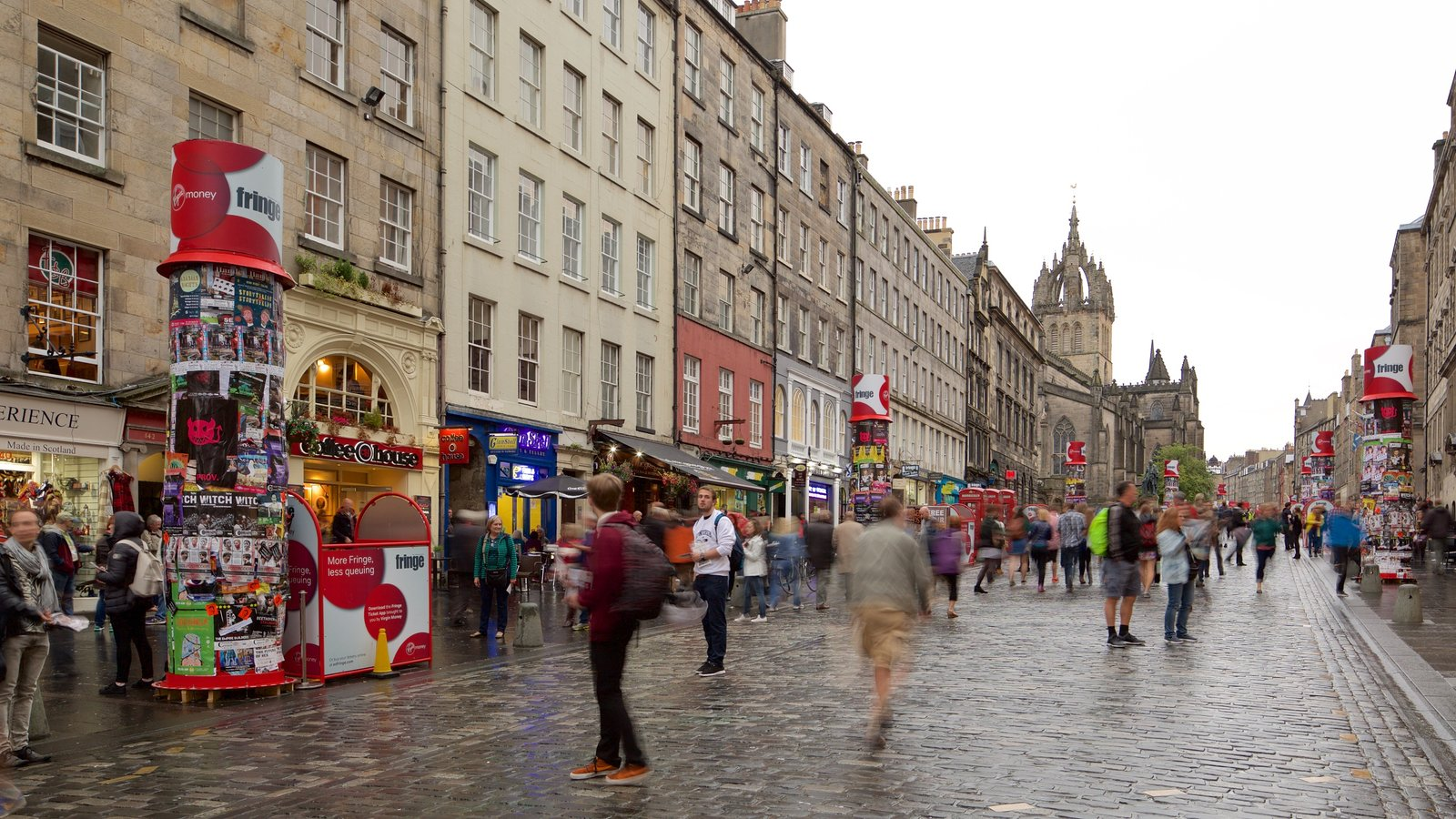 Old Town que incluye escenas urbanas y también un gran grupo de personas