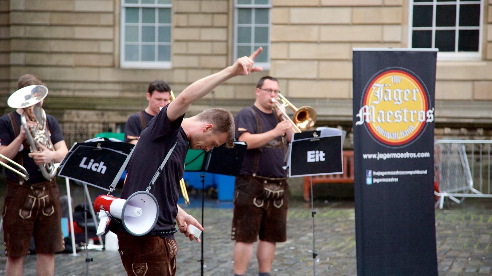 Old Town mostrando música, actuación callejera y arte escénica