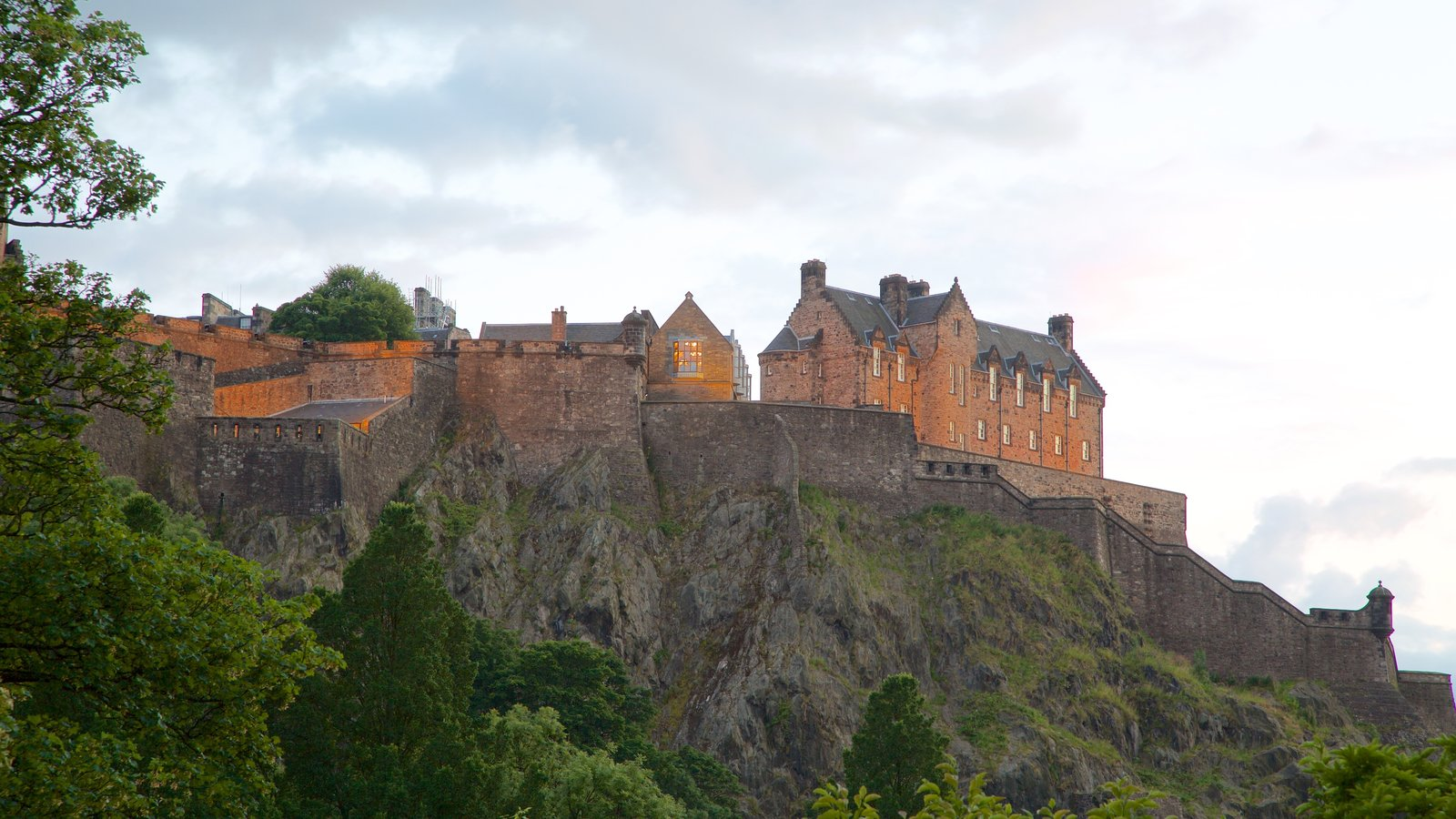Edinburgh Castle featuring heritage elements