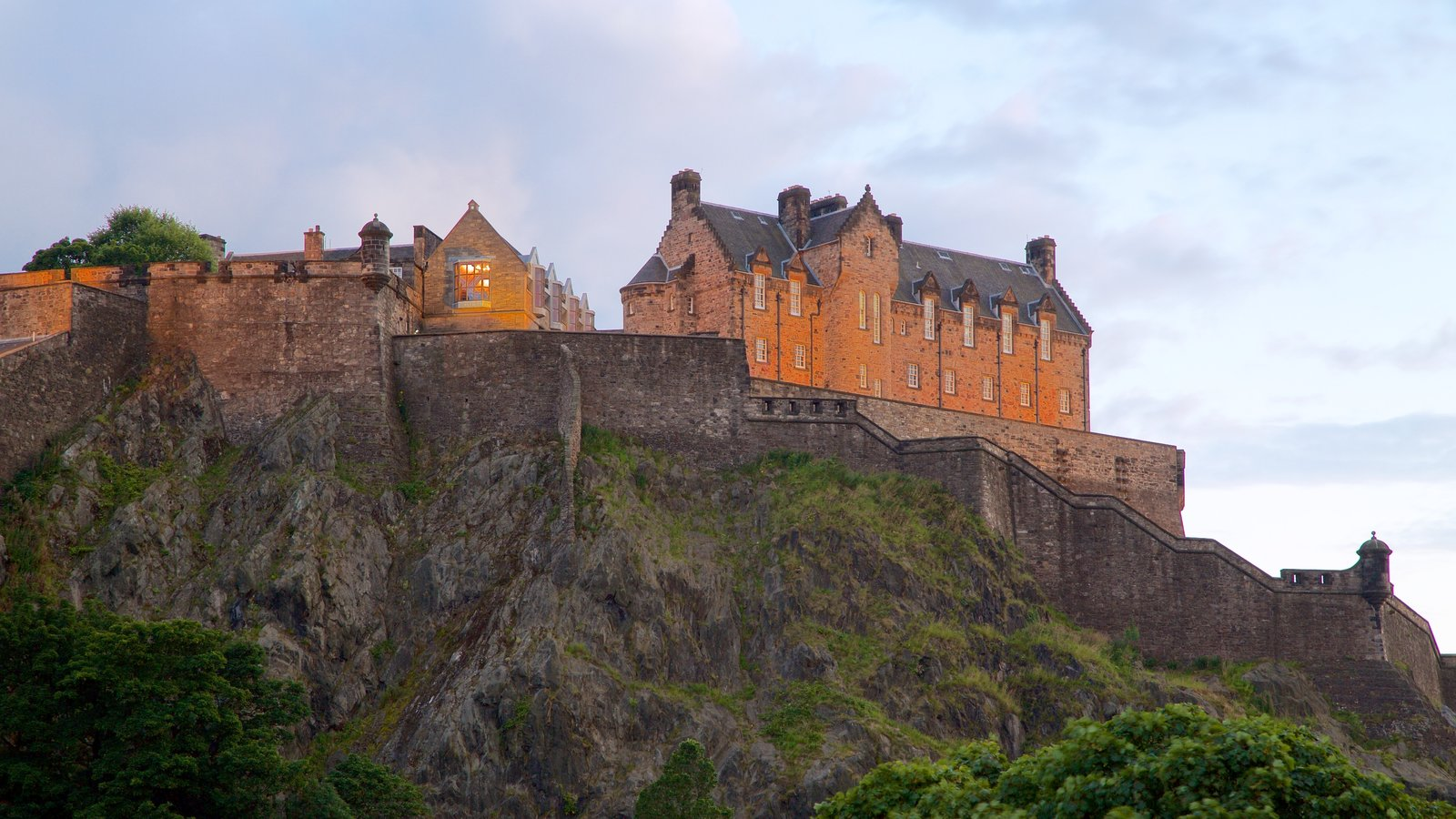 Edinburgh Castle showing chateau or palace and heritage elements