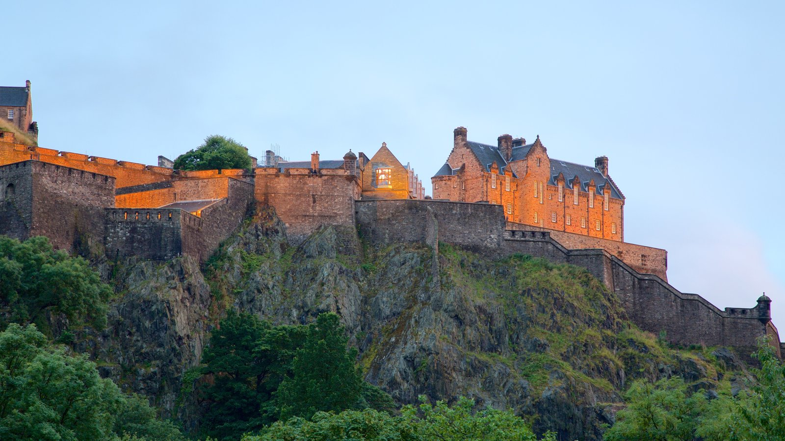Edinburgh Castle which includes chateau or palace and heritage elements