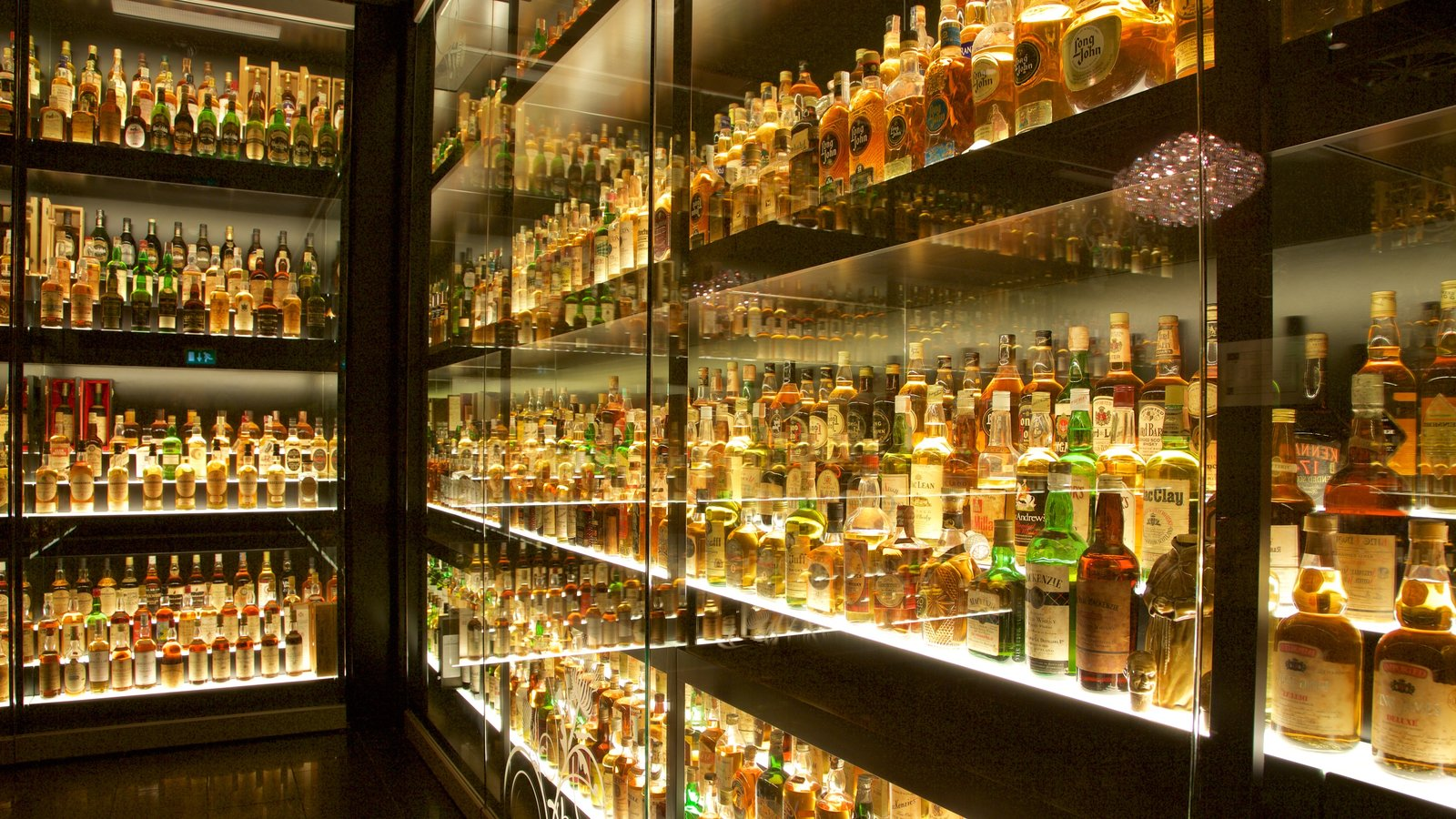 Scotch Whisky Heritage Centre which includes drinks or beverages and interior views