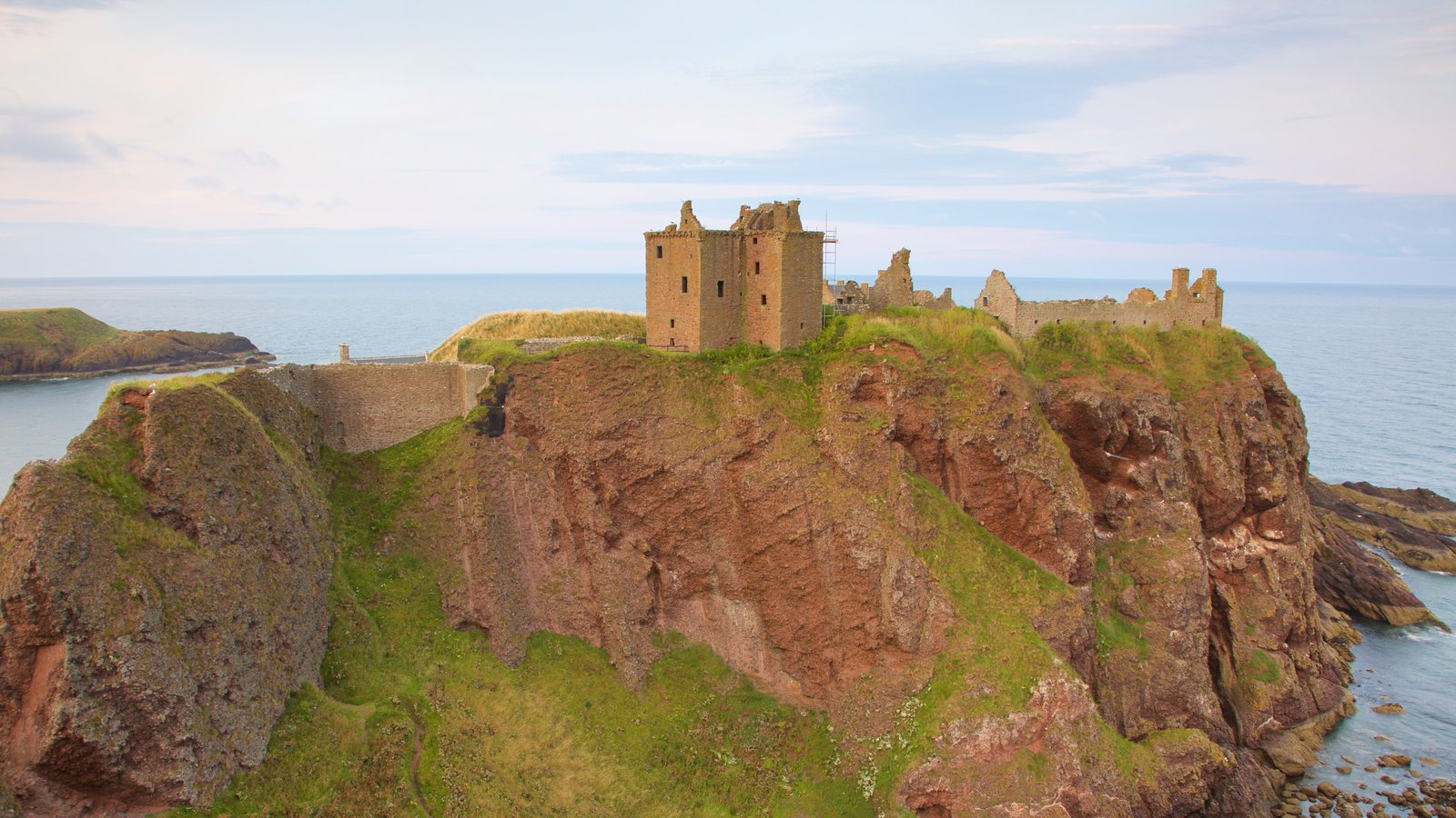 Dunnottar Castle featuring chateau or palace