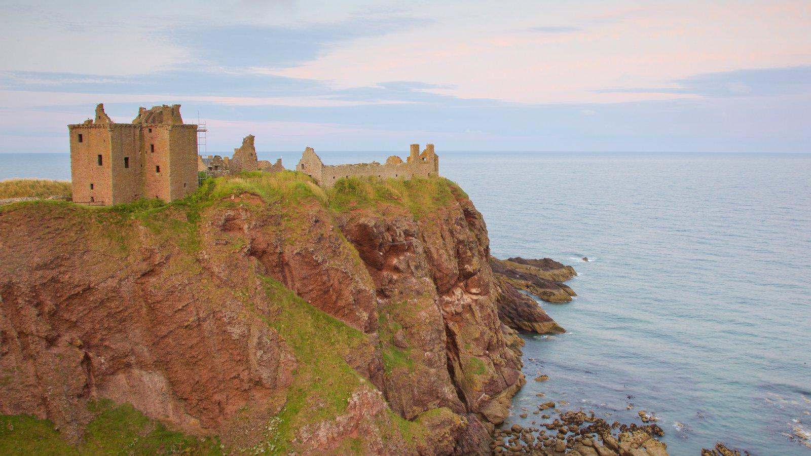 Dunnottar Castle ofreciendo vistas generales de la costa y un castillo