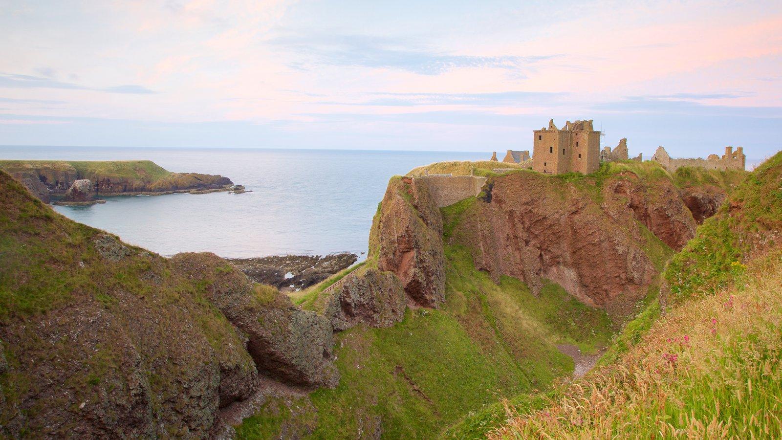 Dunnottar Castle que incluye tierras de cultivo y vistas generales de la costa
