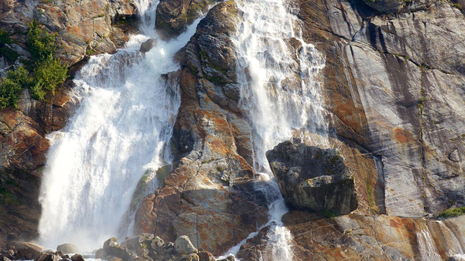 Alaska que inclui uma cascata