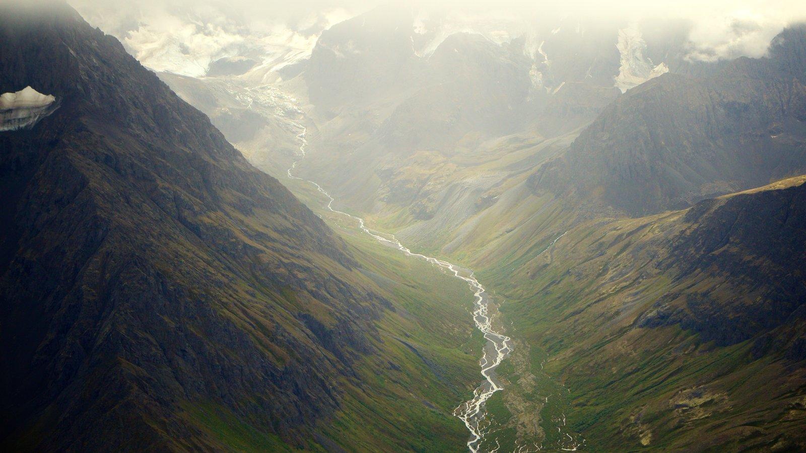 Chugach State Park mostrando um rio ou córrego, montanhas e um desfiladeiro ou canyon