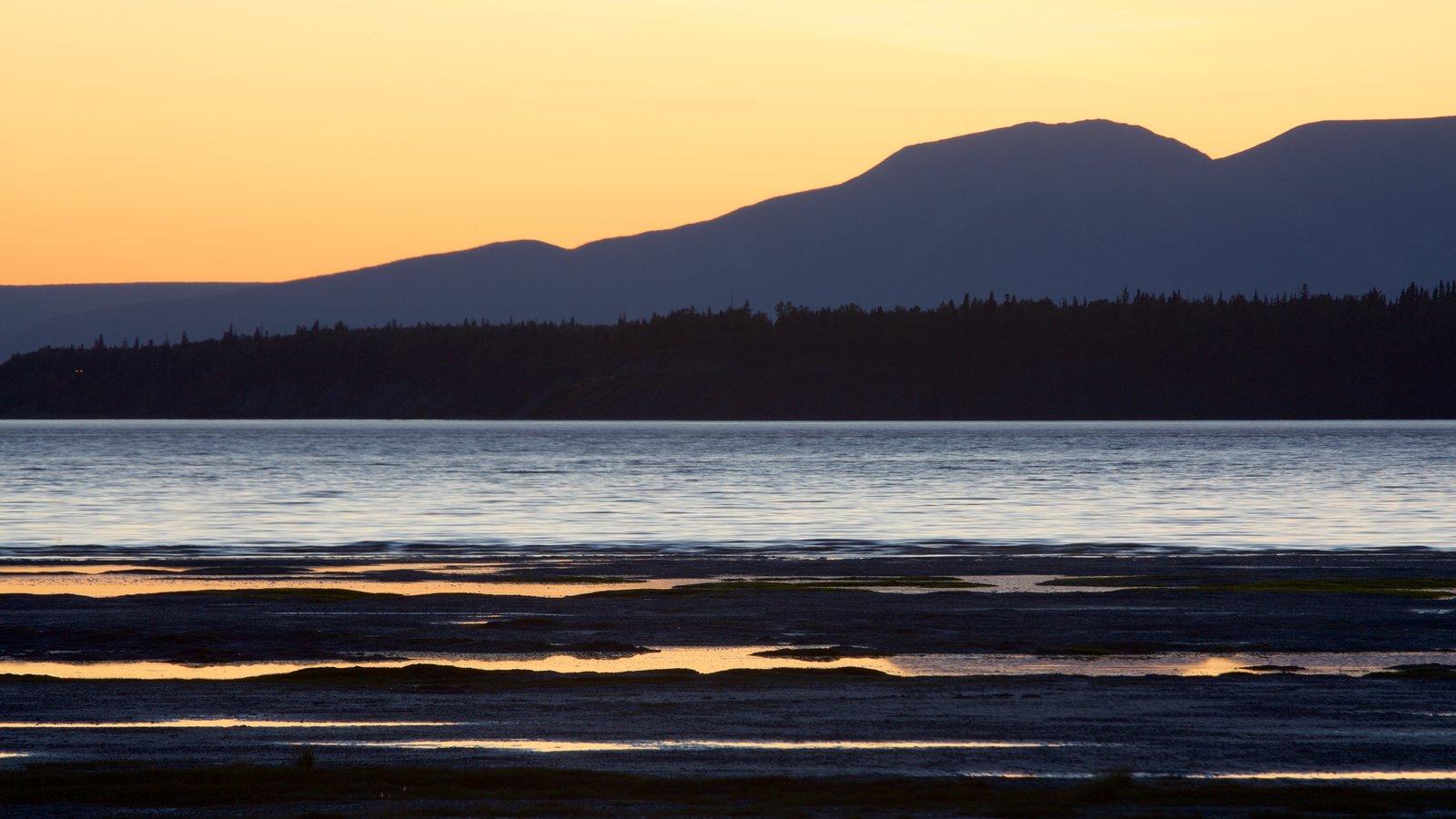 Anchorage que incluye una puesta de sol, vistas generales de la costa y montañas