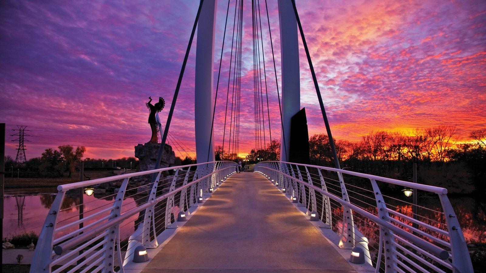 Wichita mostrando uma ponte e um pôr do sol