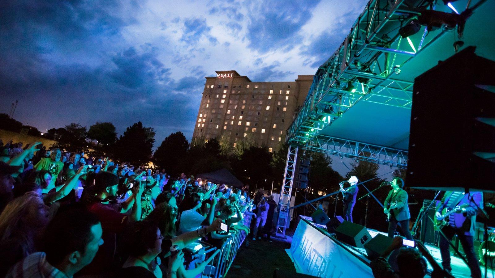Wichita mostrando música, cenas noturnas e arte performática